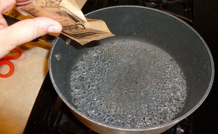 פיזור אבקת ג'לטין לסיר מים