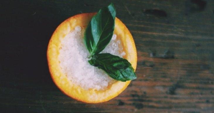 תפוז עם מלח בתוכו ועלה של נענע