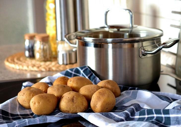תפוחי אדמה מונחים על מגבת ליד סיר
