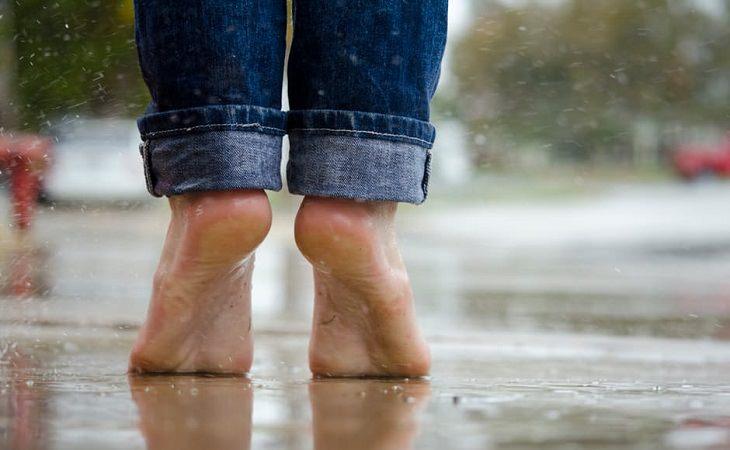 רגליים של אישה שעומדת על קצות האצבעות