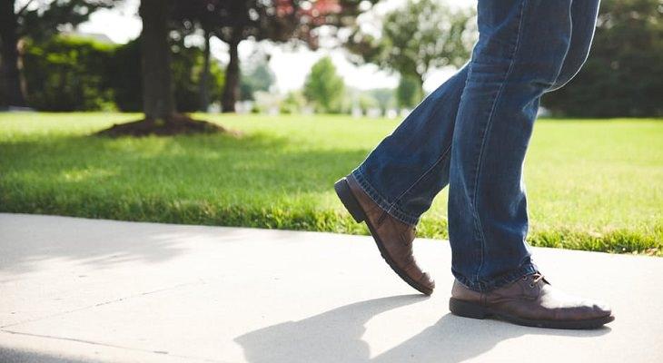 רגליים של גבר צועד