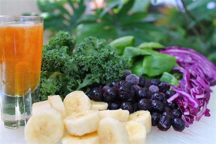 ירקות ופירות חתוכים לצד כוס שתיה קרה