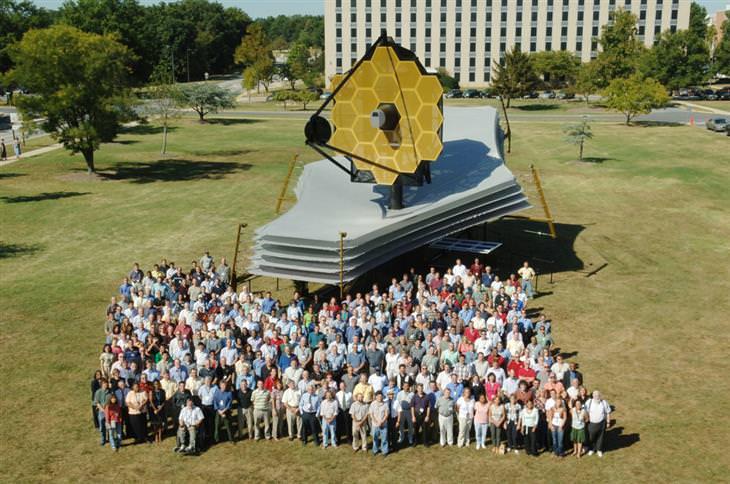 דגם בגודל מקורי של טלסקופ החלל ג'יימס וב, והמפתחים שלו עומדים מולו