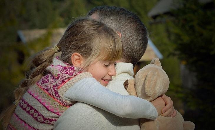 אב מחבק את בתו