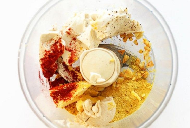 רכיבים לחביתת חומוס במעבד מזון