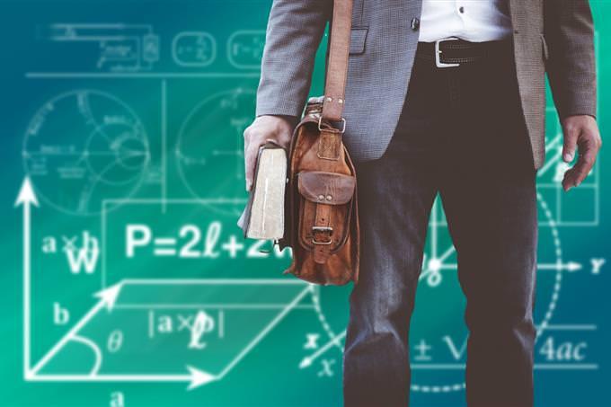 איש עם תיק וספר וברקע משוואות וצורות מתמטיות