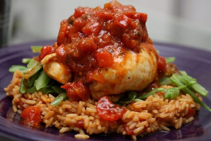 עוף עם רוטב עגבניות על מצע של אורז