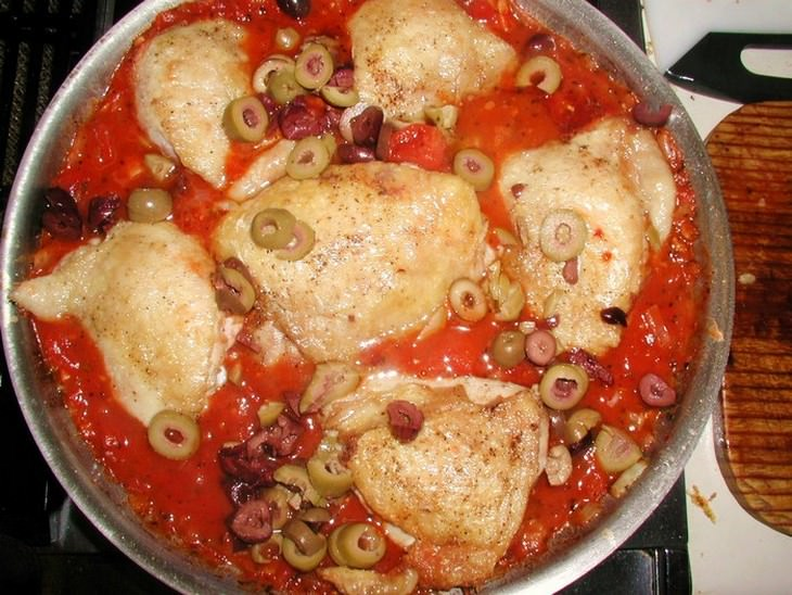 עוף ברוטב עגבניות בסיר