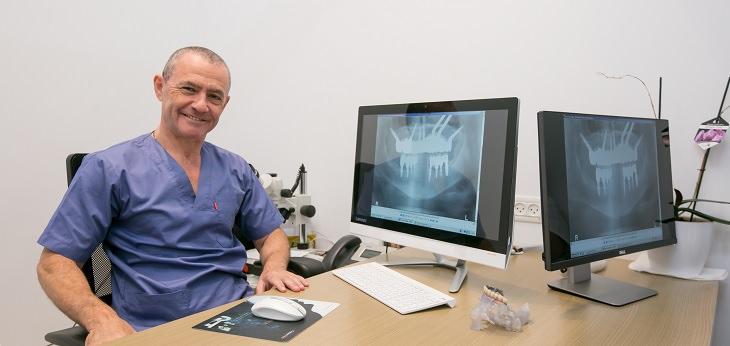 רופא שיניים במשרדו