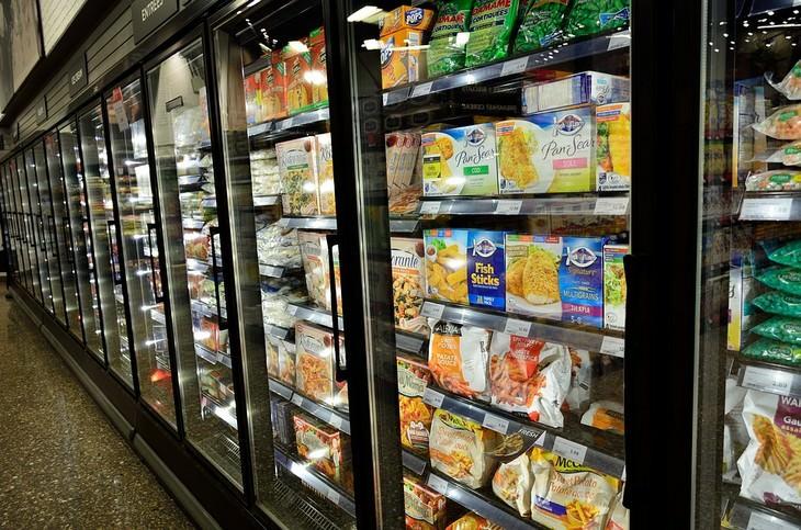 מקרר מסחרי מלא במוצרי מזון