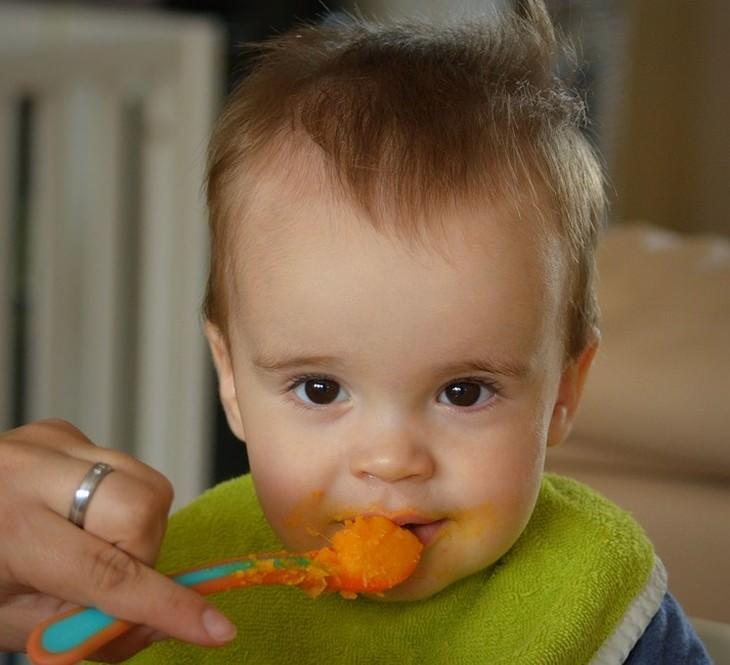 תינוק אוכל מזון תינוקות
