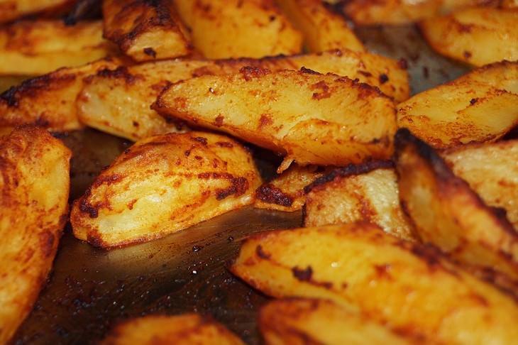 חתיכות תפוחי אדמה אפויות