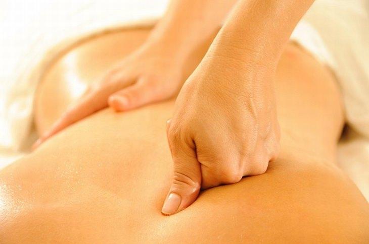 ידיים מבצעות עיסוי על גב עם פרקי האצבעות