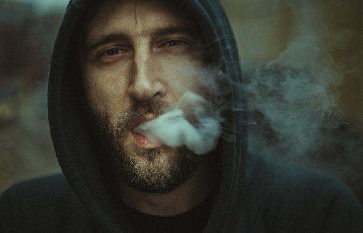 גבר מעשן