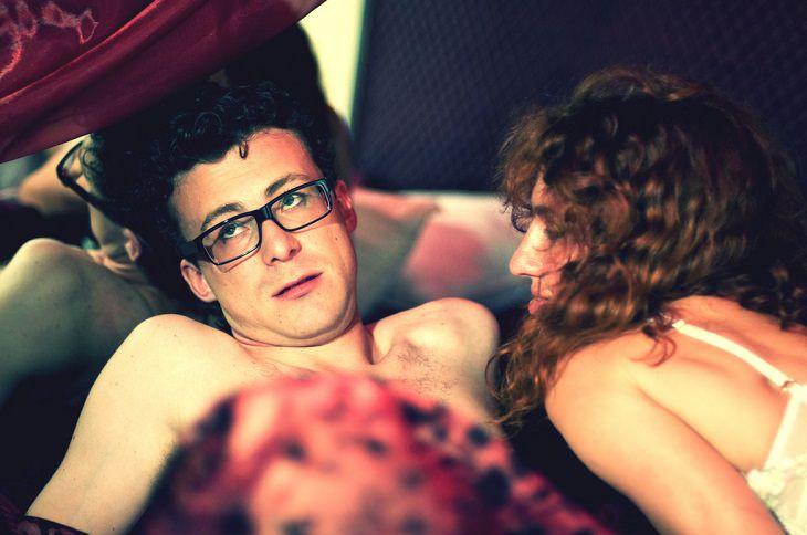זוג מתוסכל בזמן אקט מיני במיטה