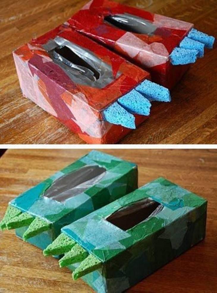 רגלי דינוזאור מקופסאות של ממחטות נייר