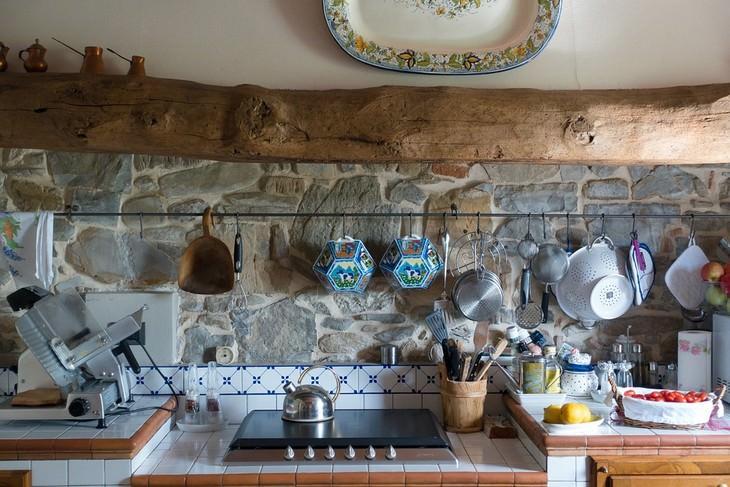 מטבח בעיצוב קלאסי עם כלי בישול תלויים בו