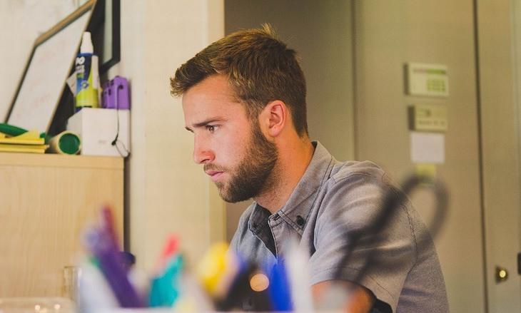 גבר יושב מול שולחן עבודה