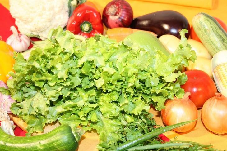 מגוון ירקות מונחים על קרש חיתוך