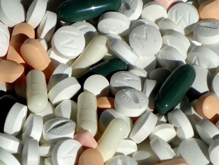 ערימה של גלולות ותרופות