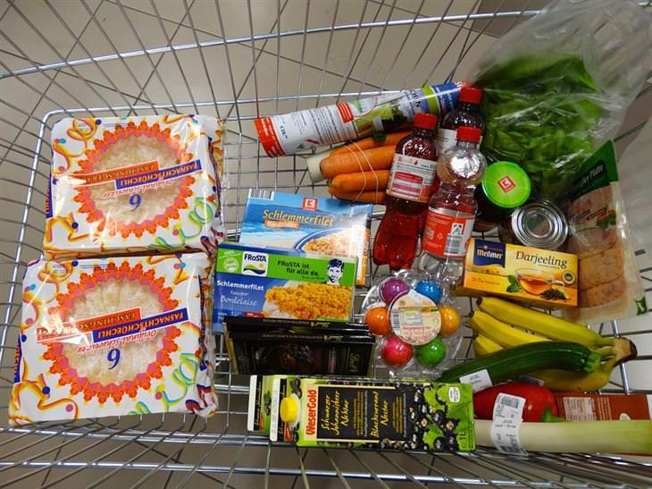 עגלת קניות מלאה באוכל