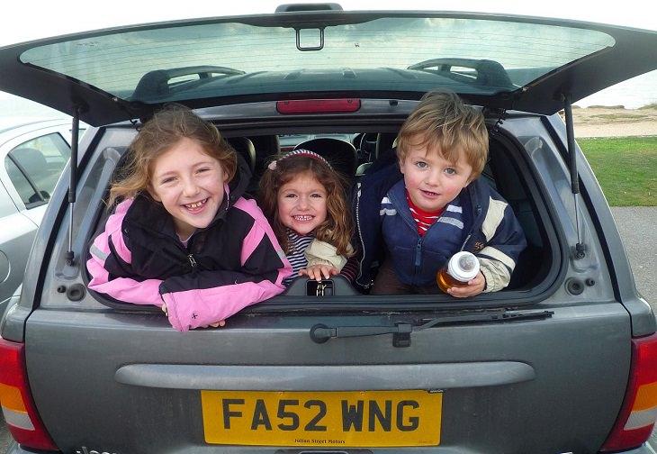 ילדים מציצים מבאגז' של רכב