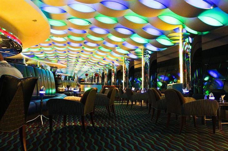 מסעדה עם תאורה עתידנית בבורג' אל-ערב