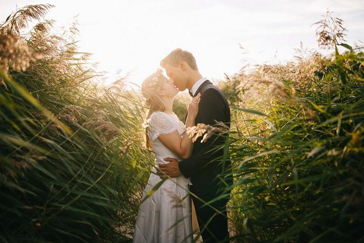 זוג צעיר מתנשק בשדה חיטה