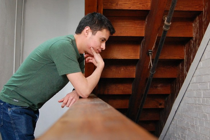 אדם מהרהר על גרם מדרגות