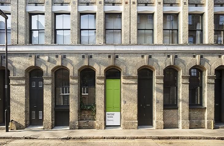 דלת ירוקה ברחוב בלונדון