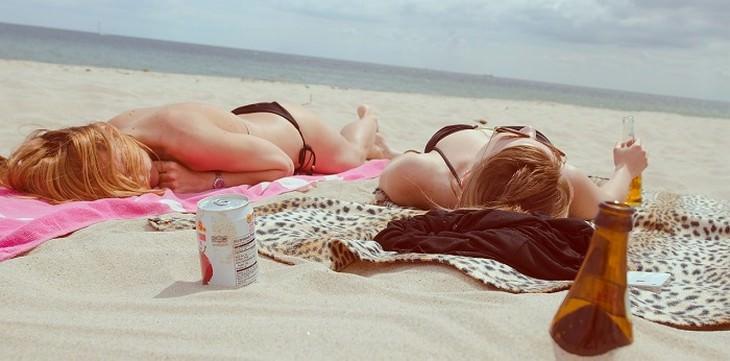 שתי נשים משתזפות על חוף הים