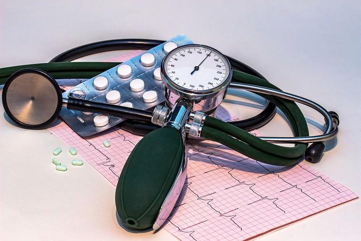 מכשיר למדידת לחץ דם וטבליות