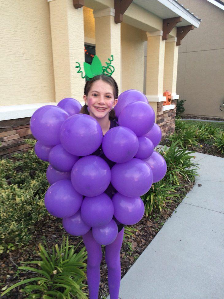 ילדה מחופשת לאשכול ענבים