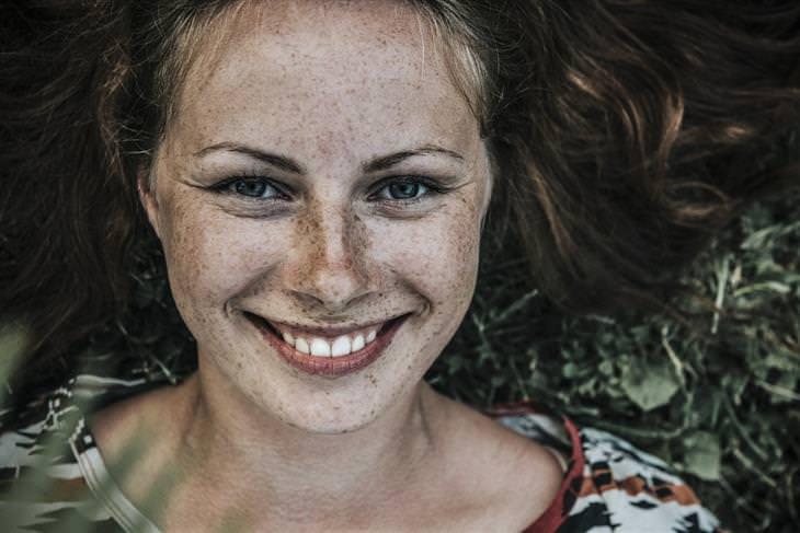 אישה עם נמשים מחייכת