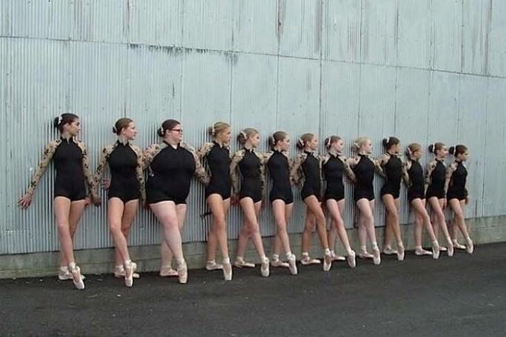 ליזי האוול נצמדת לקיר עם חברות לחוג ריקוד