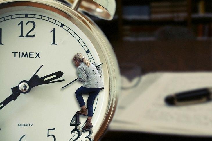 ילדה נתלת על מחוגי שעון