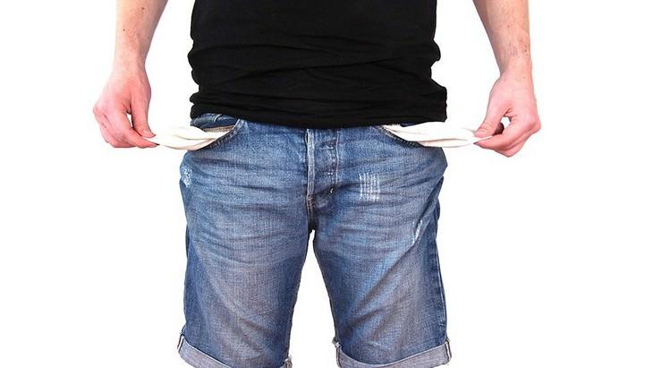 ידיים של איש מוציאות כיסים ריקים ממכנסיו