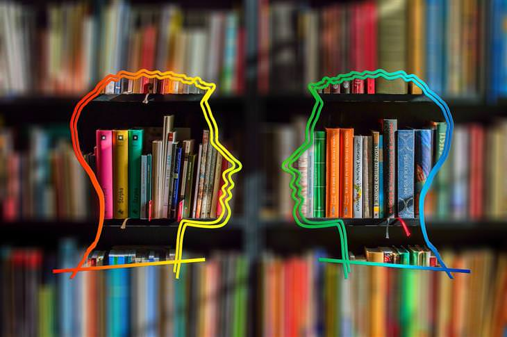 איורים של ראשים אל מול מדף ספרים, כך שנראה שיש בתוכם ספרים