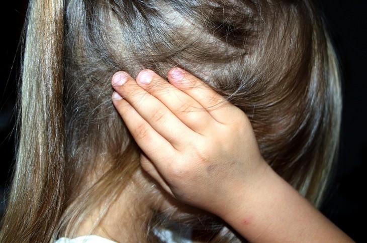 ילדה שמה ידיים על האוזניים