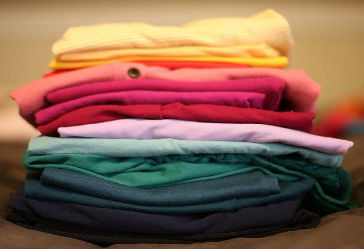 חולצות מקופלות מונחות אחת על השנייה