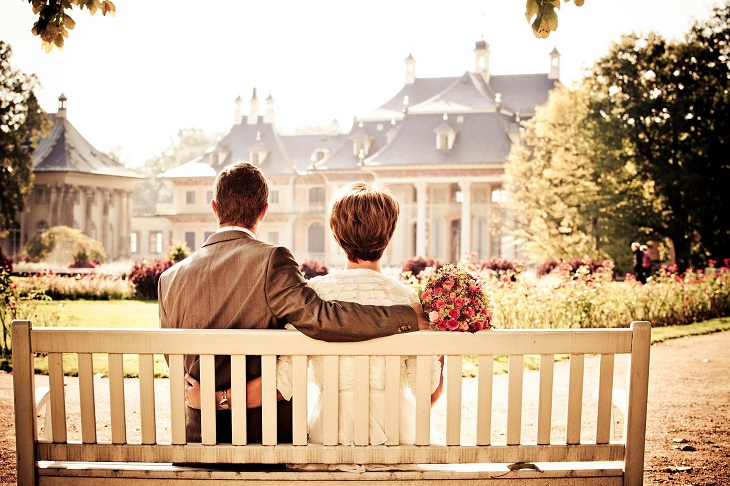 זוג יושב על ספסל