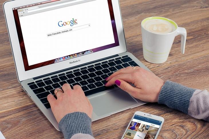 בן אדם משתמש במחשב נייד וגולש במנוע חיפוש גוגל