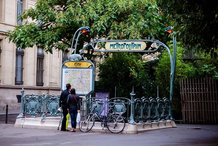 זוג מטייל בפריז