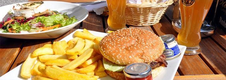 המבורגר וצ'יפס לצד כוס בירה