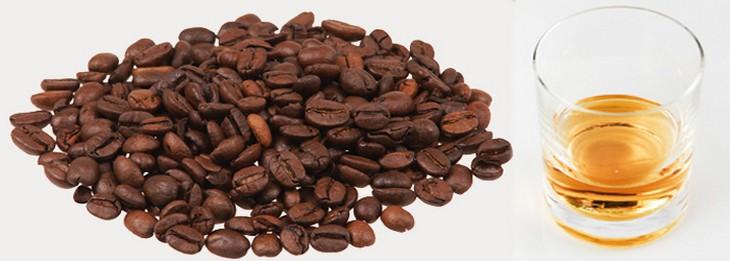 פולי קפה לצד כוס משקה אלכוהולי