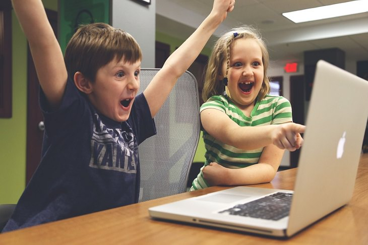 ילדים שמחים מול מחשב