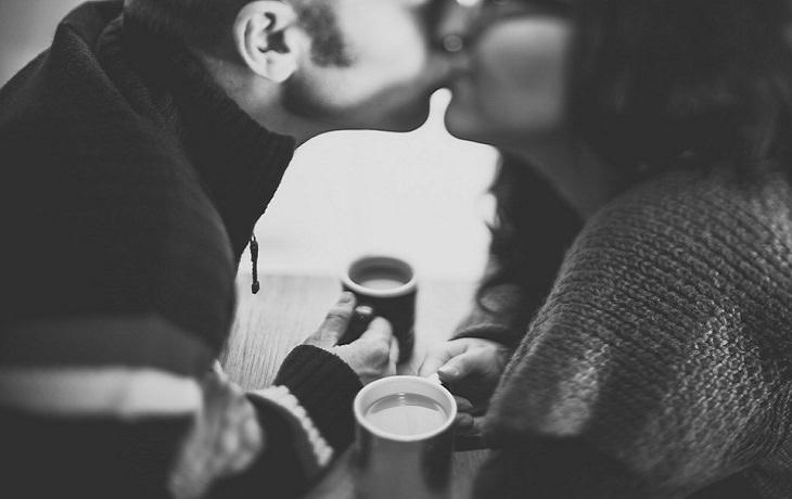 זוג מתנשק ושותה שתייה חמה