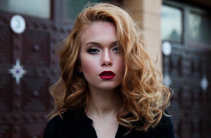 אישה עם שיער גלי