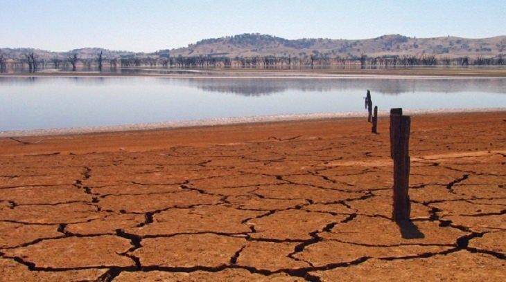 אדמה מבוקעת מיובש בקניה