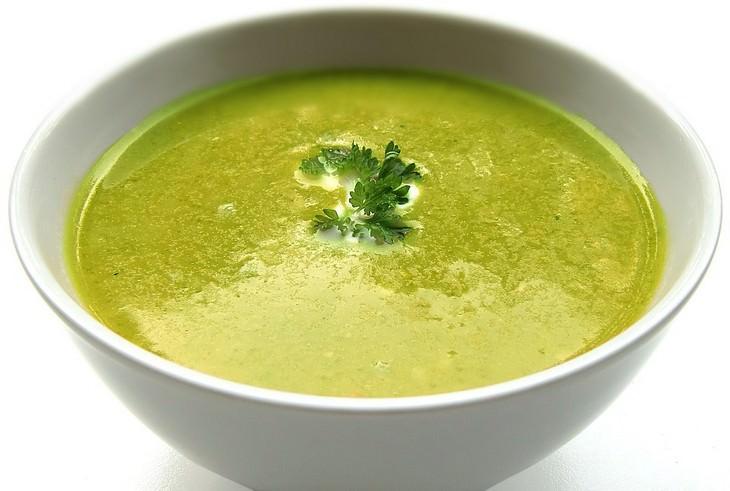 מרק ירוק בקערה